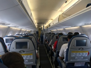 الطائرة من الداخل، ولكن الشاشات لاتعمل